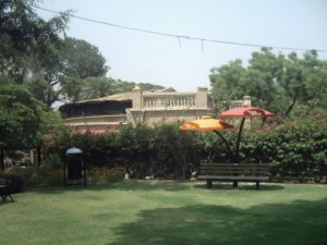 lahore zoo - AlifYAY - shaded seating area